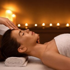 spa-therapist-making-relaxing-acupressure-massage-8G33PPM.jpg