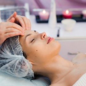 young-beautiful-and-healthy-woman-in-spa-salon-tra-CEH5B8D.jpg